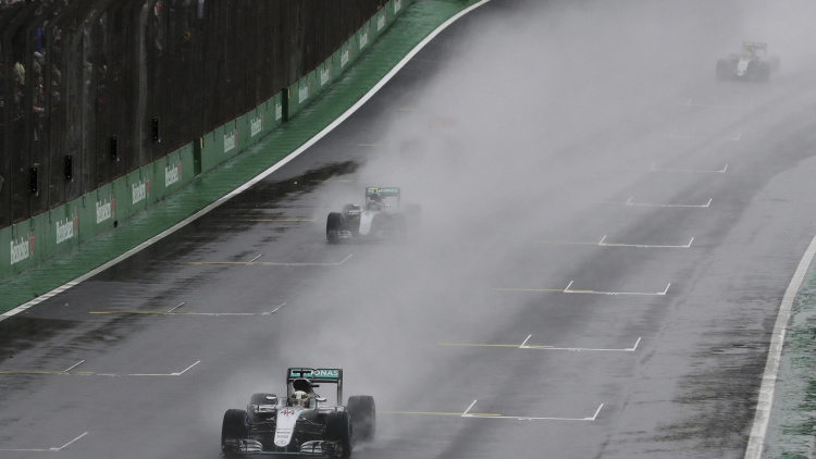 Rain prolongs the Championship battle