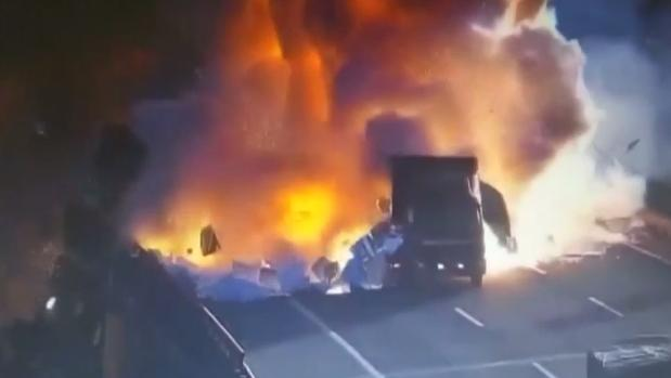 Massive blast as vehicles collide on motorway in China