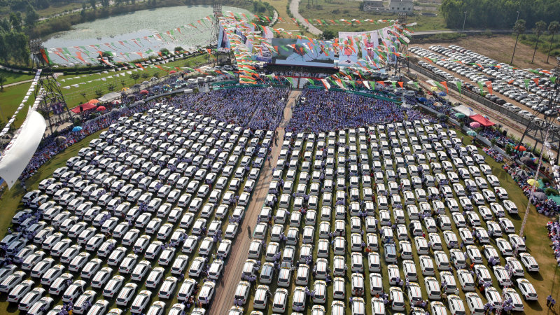 Indian diamond merchant gives 600 new cars to his staff