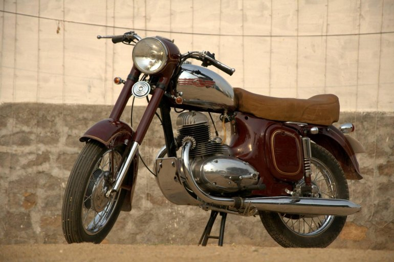 Jawa 250 restored to factory glory by Eimor Customs