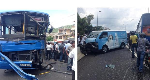 Accident pailles violente collision entre un autobus de for Mega motors loop 12