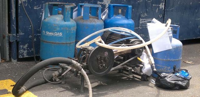 Verbalized a mechanic: he built into vehicles the domestic gas tanks