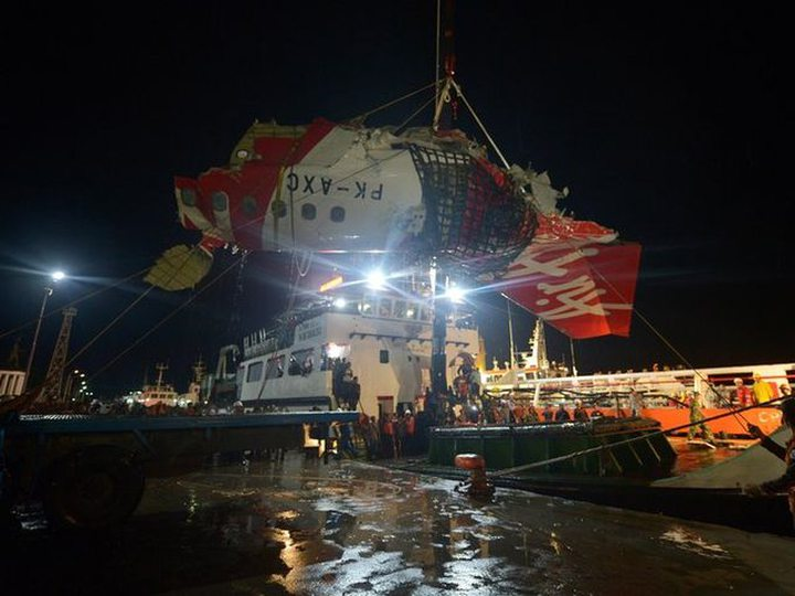 ndonesian personnel hoist a section of recovered wreckage belonging to AirAsia flight QZ8501