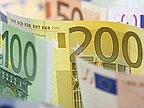 Euro hovers below five-month high; loonie lumbered with softwood tariff